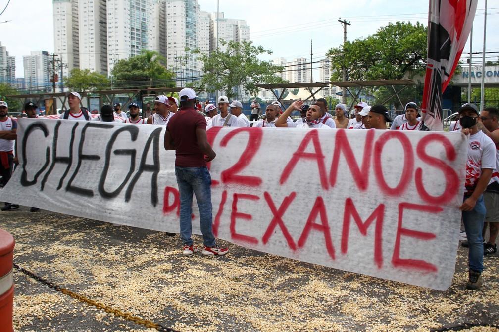 Com milho de pipoca, torcedores protestam no CT do São Paulo e pedem demissão de Diniz